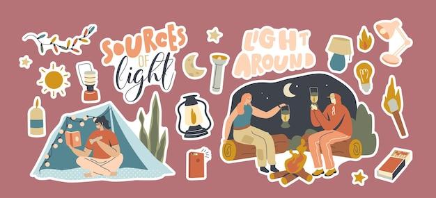 ステッカーのセット光源。ナイトキャンプで懐中電灯、ランタン、マッチまたはキャンドルを持った男性と女性。キャラクターは照明にさまざまな消耗品を使用します。漫画の人々のベクトル図