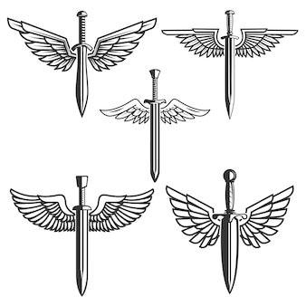 翼を持つ剣のセット。ロゴ、ラベル、エンブレム、記号の要素。図