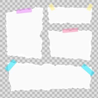 粘着テープと透明な背景に分離されたペーパークリップで破れた紙のさまざまな形のスクラップのセットです。テキストまたはメッセージ用の四角い水平の紙片をリッピングしました。