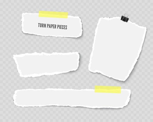 透明な背景に分離された粘着テープとペーパークリップで破れた紙のさまざまな形のスクラップのセット