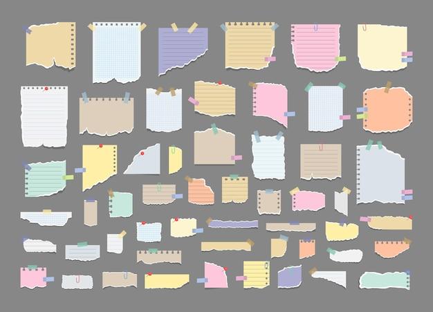 Набор рваных листов бумаги с наклейкой. рваная тетрадная бумага разной формы и размера.