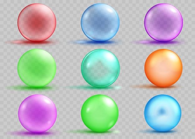 透明な背景に影とまぶしさを持つ透明と不透明な色の球のセット。ベクターファイルのみの透明度