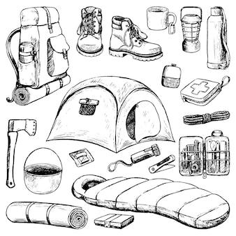 여행 속성, 관광 액세서리의 집합입니다. 스케치 스타일의 캠핑, 하이킹 테마 컬렉션입니다. 손으로 그린 벡터 일러스트 레이 션. 흰색 절연 개요 검은 요소