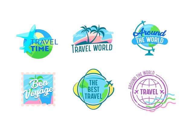 飛行機、地球儀、ヤシの木、郵便切手付きの旅行エンブレムのセット。旅行代理店サービスまたは携帯電話アプリケーション、白い背景で隔離の漫画のベクトルラベルのアイコン