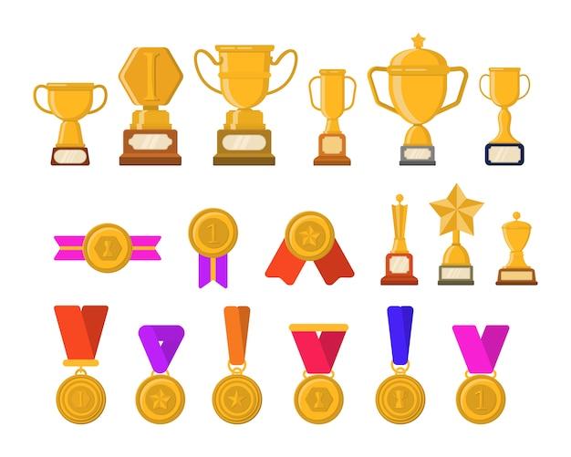 Набор трофеев, медалей, значков и лент для победителей в соревнованиях. золотые кубки для победителей. плоские картинки набор различных золотой трофей. иллюстрация шаржа плоского графического дизайна.