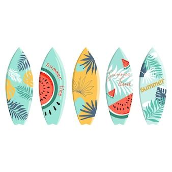 야자수 몬스테라가 있는 열대 디자인의 벡터 서핑보드 세트는 여름 시간에 수박 텍스트를 남깁니다.