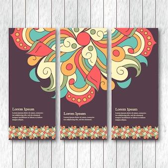 Набор вертикальных баннеров с рисованной абстрактными племенными элементами.