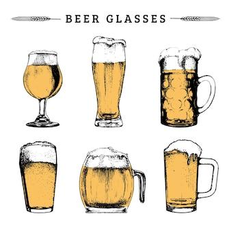 Набор старинных пивных бокалов. лагер, эль рисованной символы, знаки. винтажная рука набросала коллекцию кружек для пивоваренной этикетки или значка, меню напитков.