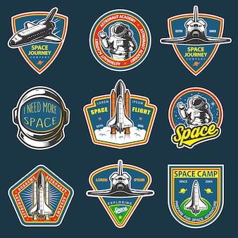 ビンテージスペースと宇宙飛行士のバッジ、エンブレム、ロゴ、ラベルのセット。暗い背景に色付き。