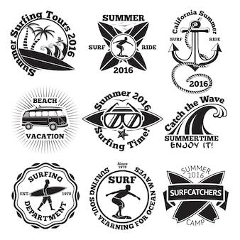 Набор старинных этикеток для серфинга с доской для серфинга, серфером, пальмами, якорем, солнцезащитными очками, волнами и т.