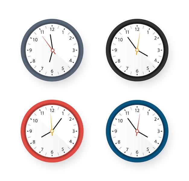 異なる色のデザインの壁時計のセット