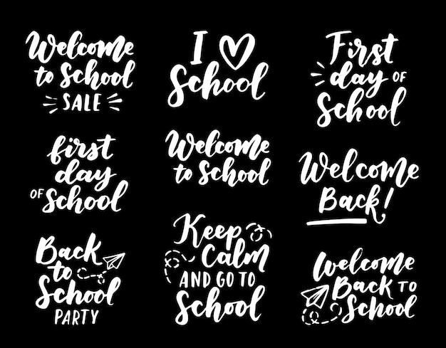 学校のラベルに戻るようこそのセット。学校の背景。学校に戻るセールタグ。ベクトルイラスト。手描きのレタリングバッジ。タイポグラフィエンブレムセット Premiumベクター