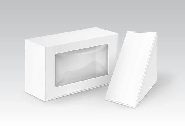 Набор белых пустых картонных прямоугольных треугольников, забрать коробки для упаковки бутербродов, еды, подарков, других продуктов с пластиковым окном, макет крупным планом, изолированные