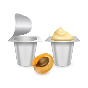 白で隔離のヨーグルトクリームの白いマットなプラスチック製の鉢のモックアップのセット。