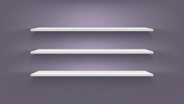 어두운 벽에 흰색 선반 세트