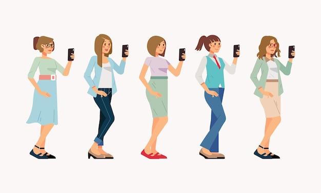 Набор женщины в офисном наряде, держащей смартфон с разной одеждой и прическами