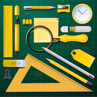 Набор желтых школьных принадлежностей на зеленом фоне,