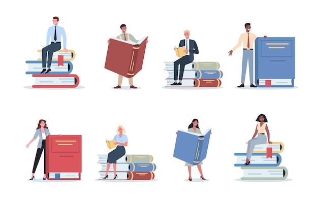 Набор молодых бизнесменов, стоящих возле большой стопки книг. женский и мужской персонаж с книгой. концепция знаний и образования.