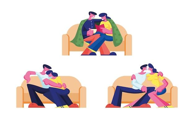 Набор молодых влюбленных персонажей пары проводят время дома, сидя на диване, болтают, пьют чай, читают книгу в выходные. иллюстрации шаржа