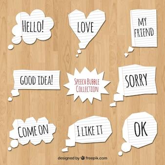 Set di bolle di discorso di carta con i messaggi