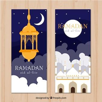 Insieme delle bandiere del ramadan con moschee in stile piano