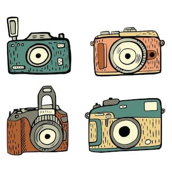 白い背景で隔離のレトロなカメラを設定します。手描きのビンテージ線画アイコン写真カメラ。落書きベクトルイラスト。