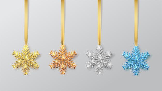 リボンに雪片をセットします。グリーティングカード、新年あけましておめでとうございますとクリスマスの招待状。メタリックシルバーのクリスマススノーフレーク、装飾、きらめく、光沢のある紙吹雪。