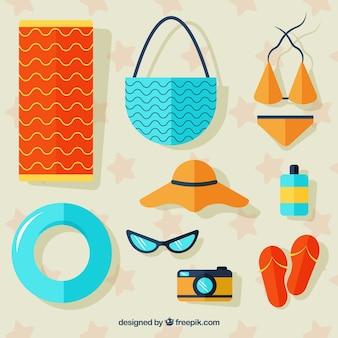 Insieme di elementi estivi con cibo e vestiti in stile piatto