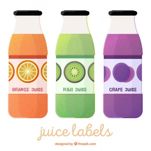 Un insieme di tre bottiglie con succhi di frutta