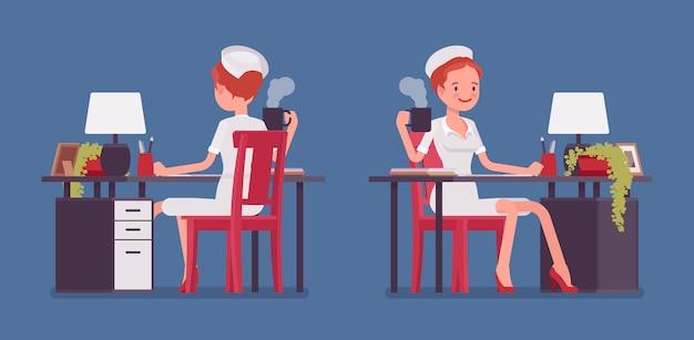Сексуальная медсестра работает за столом