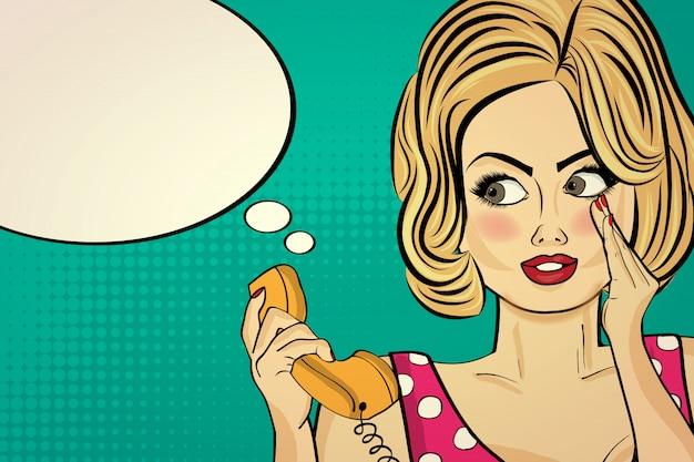 Сексуальная поп-арт женщина разговаривает по ретро-телефону
