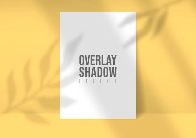 Листы бумаги a4 макет вектора наложения теней завода. тени накладываются на световые эффекты листьев и окон на желтом фоне. современный минималистский стиль. для презентации флаер, плакат, бланк, логотип, приглашение
