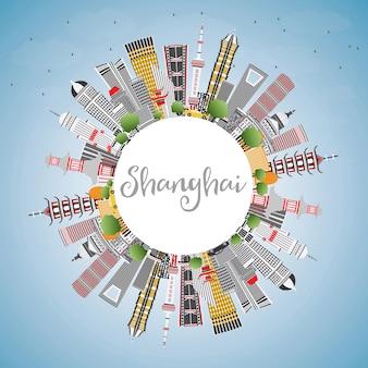 Горизонты города шанхай, китай с цветными зданиями, голубым небом и копией пространства. векторные иллюстрации. деловые поездки и концепция туризма с современной архитектурой. городской пейзаж шанхая с достопримечательностями.