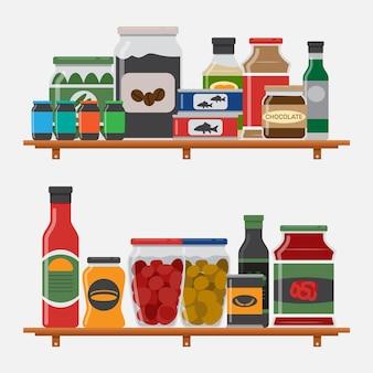 さまざまな容器が付いている台所の棚