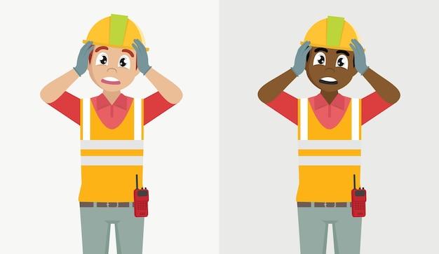 Шокированный рабочий-строитель мужчина держит руки за голову