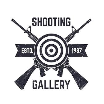 シューティングギャラリーのロゴ、交差したアサルトライフル、イラストで署名