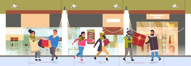 購入のために戦う買い物客は、季節のショッピングセールの戦いでレースの猛烈な顧客を混ぜます