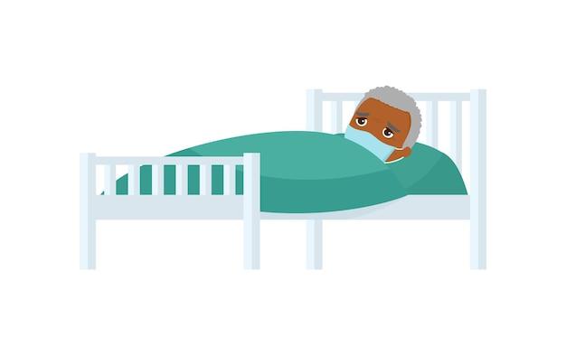 병원 침대에서 의료 마스크와 아픈 오래 된 어두운 피부 남자.