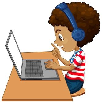 Вид сбоку мальчика с ноутбуком на столе на белом фоне