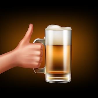 손의 측면보기 잡고 맥주 가득한 머그잔