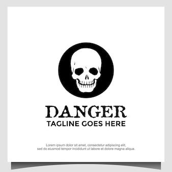 頭蓋骨と骨の兆候。危険と死のロゴアイコンデザインを象徴する画像と八角形のポスター