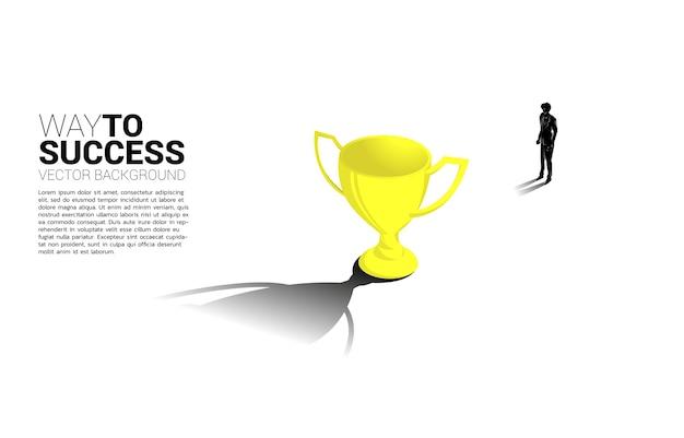 Силуэт бизнесмен стремиться к чемпиону трофей бизнес