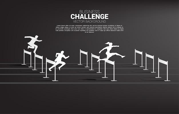 シルエットのビジネスマンやビジネスウーマンがハードル障害物レースをジャンプします。競争とビジネスにおける挑戦の背景概念