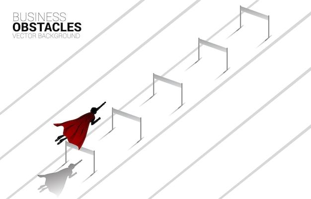 장애물 장애물을 가로질러 날아가는 실루엣 사업가. 부스트의 개념과 비즈니스에서 앞으로 나아가십시오.