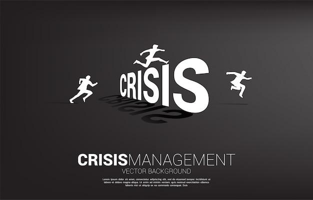 危機を飛び越えてシルエットビジネスマン。危機管理の概念とビジネスにおける挑戦