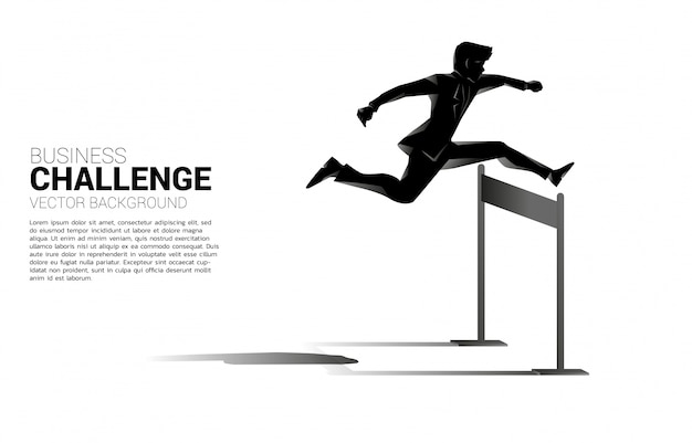 허들 장애물을 가로 질러 점프 실루엣 사업가입니다. 비즈니스의 장애물과 도전에 대한 배경 개념