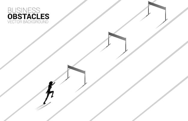 障害物を越えて走っているシルエットの実業家。ビジネスにおける障害と挑戦の背景概念