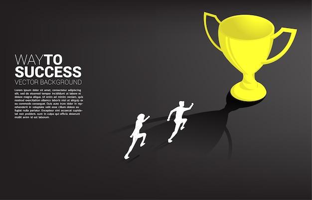 Силуэт бизнесмена, бегущего к чемпионскому трофею. бизнес-концепция цели лидерства и видение миссии