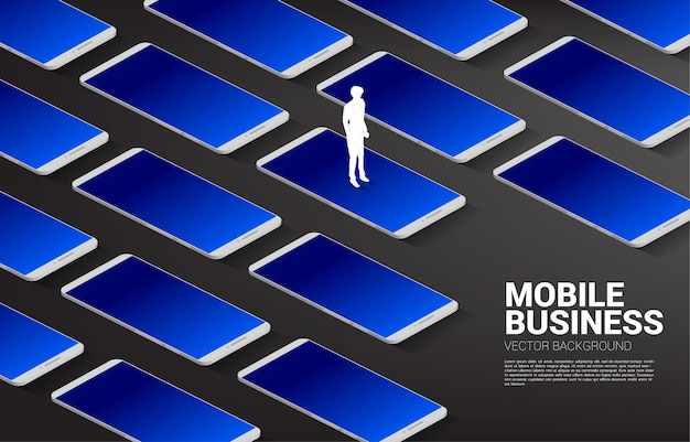 큰 휴대 전화와 함께 서있는 실루엣 사업가. 비즈니스와 모바일 기술의 비즈니스 개념입니다.