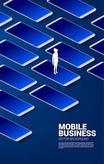 大きな携帯電話で立っているシルエット実業家。ビジネスとモバイル技術のビジネスコンセプト。